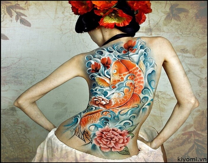 Hình xăm cá chép hoa mẫu đơn trên lưng nữ cực quyến rũ