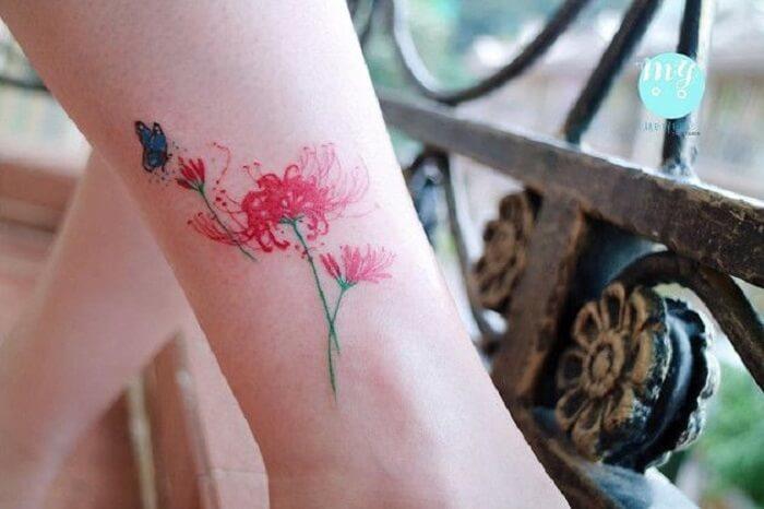 Hình xăm hoa bỉ ngạn ở chân đầy cuốn hút