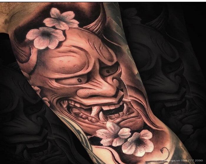 Hình xăm mặt quỷ trên bắp tay