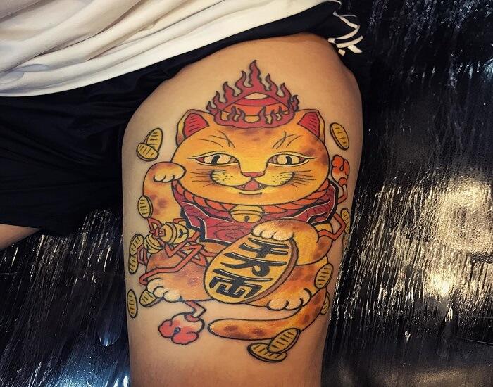 Hình xăm mèo thần tài màu vàng